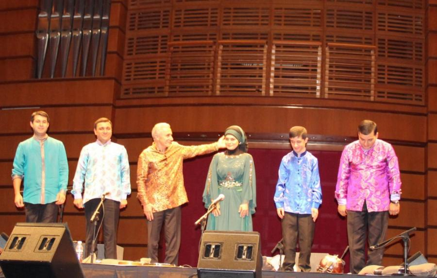 Xalq artisti qızı ilə Malaziyada konsert verib