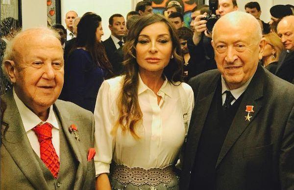 Mehriban Əliyeva qızının sərgisində - video