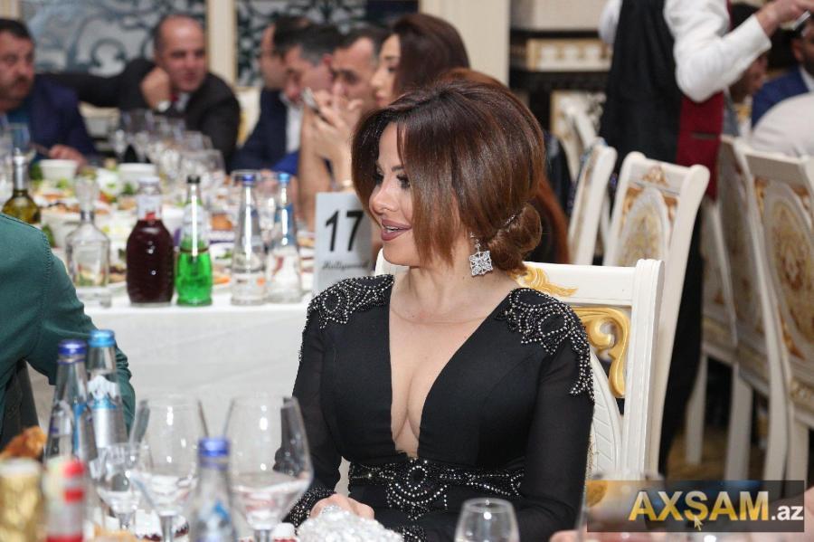 Mətanətin dərin sinə dekolteli libası cırıldı - foto