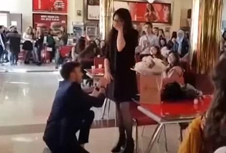 Bakıda universitetin bufetində tələbə qıza sürpriz evlilik təklifi - video