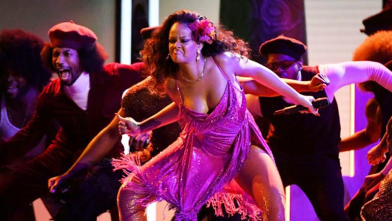 """Rihannadan """"vəhşi"""" performans - foto"""