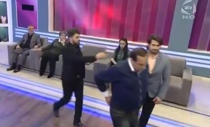 Manaf Ağayevin canlı efirdə halı pisləşdi, təcili yardım gəldi - video
