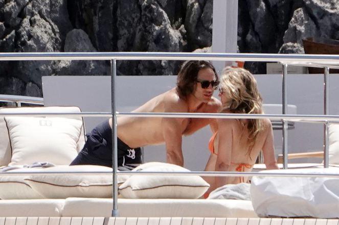 45 yaşlı aktrisa sevgilisi ilə öpüşərkən - FOTOLAR
