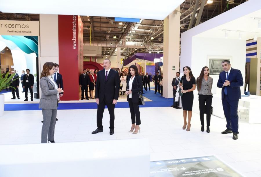 Prezident xanımı və qızları ilə sərgidə - Fotolar