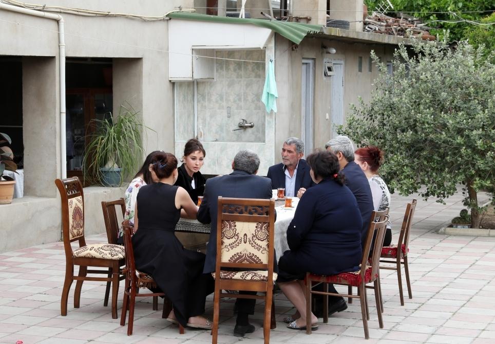 Mehriban Əliyeva onu qonaq çağıran ailənin evində - Fotolar