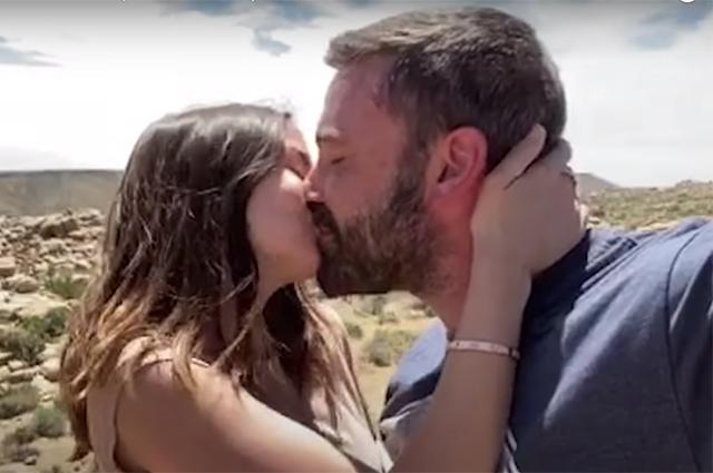Klipində məşhurların öpüşən görüntüsünü yayımladı