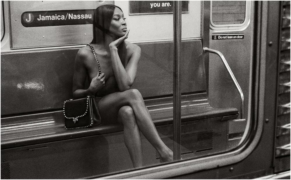 Metroda çılpaq fotosessiya etdirdi
