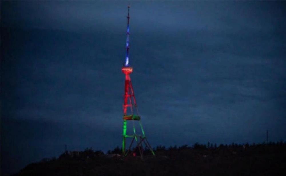 Tbilisinin televiziya qülləsi Azərbaycan bayrağı rəngində işıqlandırıldı -  Foto