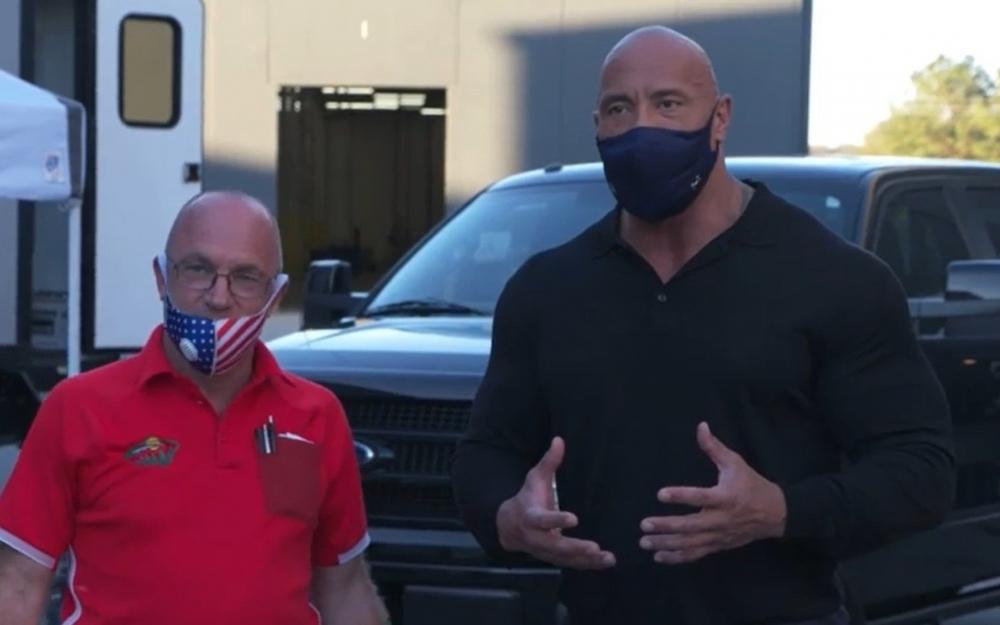 Duen Conson ona sığınacaq verən kişiyə avtomobil bağışladı - Video