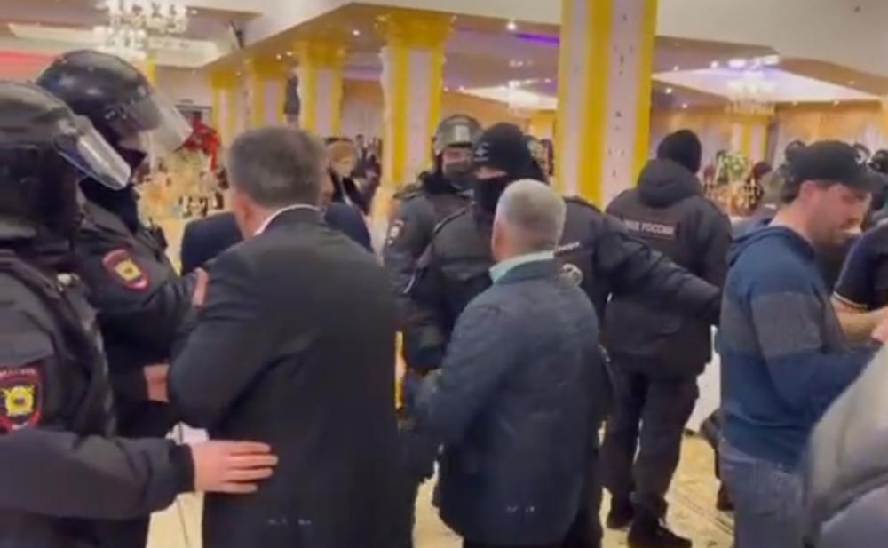 Damlanın oxuduğu toya polis basqın etdi - Video