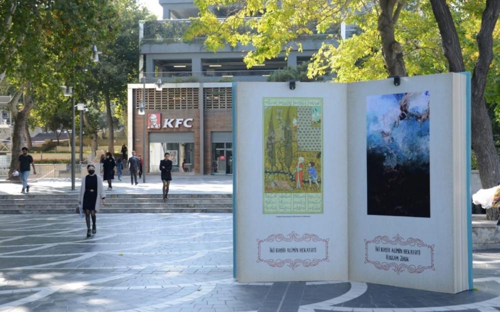 Nizami Gəncəvinin kitab maketləri Bakı küçələrində - Fotolar